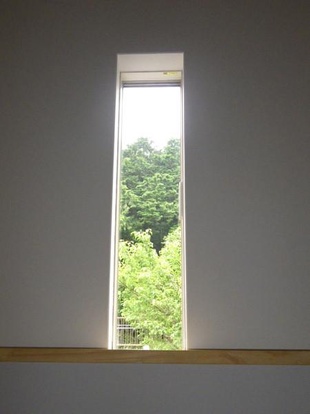 スリット窓からの借景が素敵です。