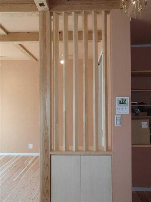 とれない柱は下部を収納スペース、上部を格子で空間のアクセントに。
